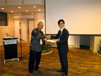 Mr. Shoji Yamashita, Energy Technology Department, Osaka Gas receives the poster announcement award.